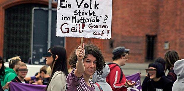 Auch in Deutschland können Christen sich nicht öffentlich zeigen, ohne von debilen Opfern der Experimentalpädagogik angefallen zu werden