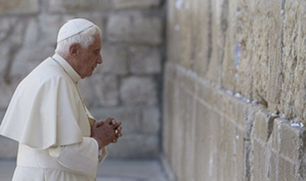 Papst Benedikt XVI betet am Tempel in Jerusalem