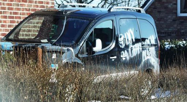 Von Extremisten beschädigtes Auto des Oppositionellen