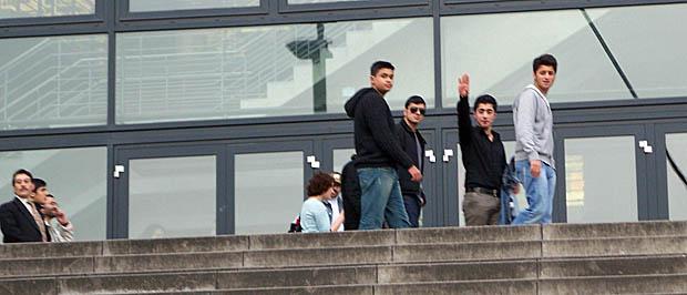 Junge DITIB-Anhänger vor der Lancess-Arena in Köln