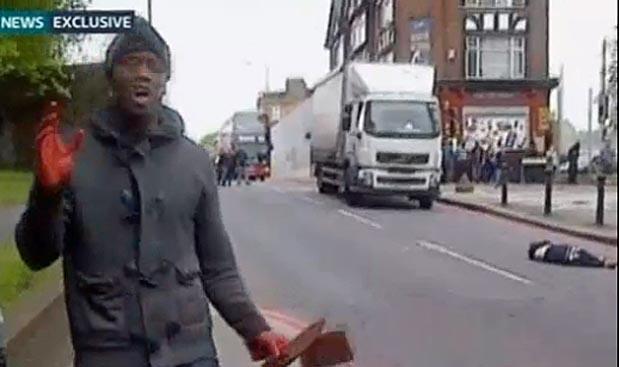 Sceenshot aus dem Tätervideo vor dem Mordopfer (rechts im Bild)
